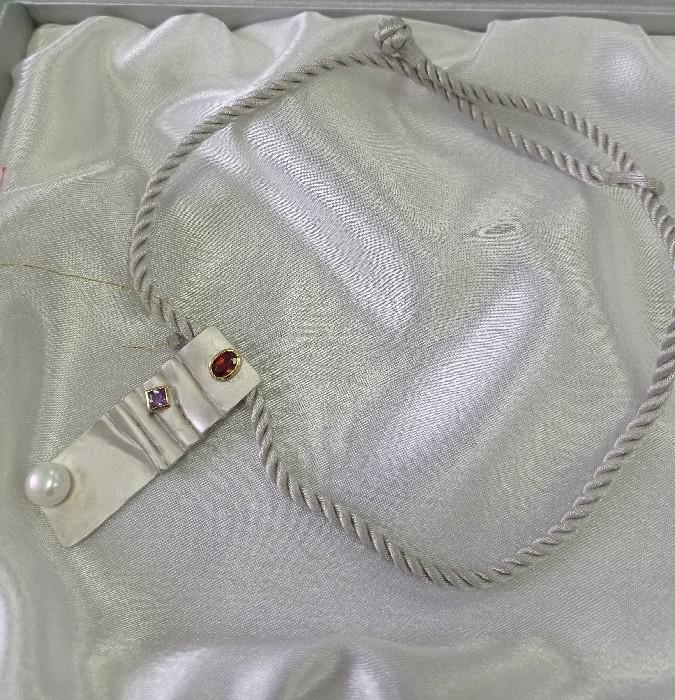 Серебряное колье с аметистом, гранатом и жемчугом арт. 01633 01633
